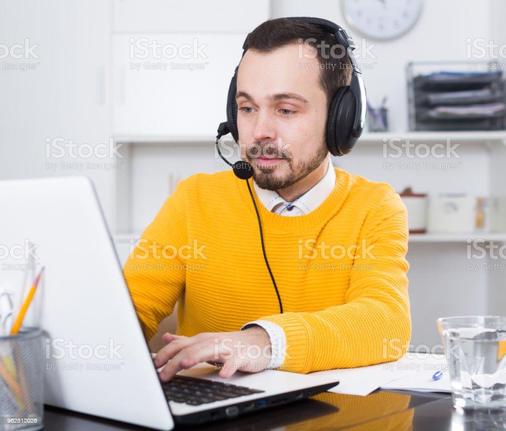 Homem estudando remotamente no escritório - Foto de stock de Adulto royalty-free