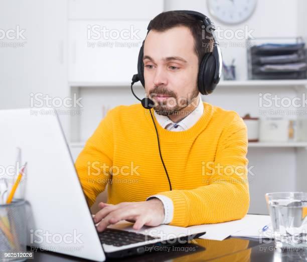Foto de Homem Estudando Remotamente No Escritório e mais fotos de stock de Adulto