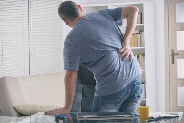 Mann mit Rückenschmerzen – Foto