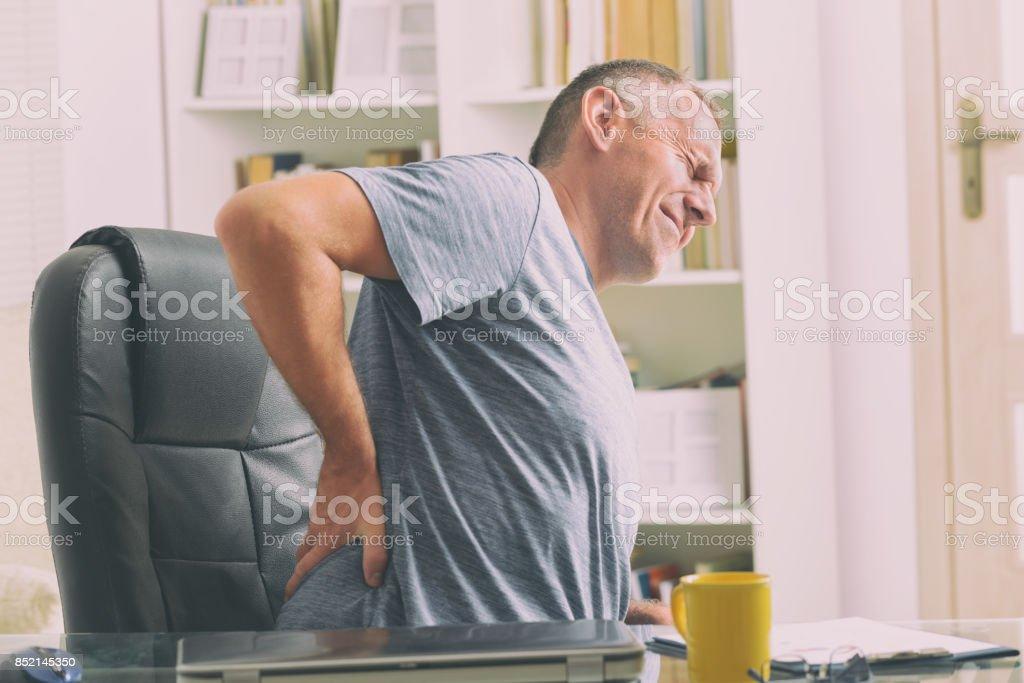 Adam düşük sırt ağrısı acı stok fotoğrafı