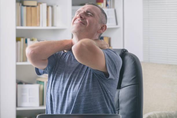 Mann leidet unter Nackenschmerzen – Foto