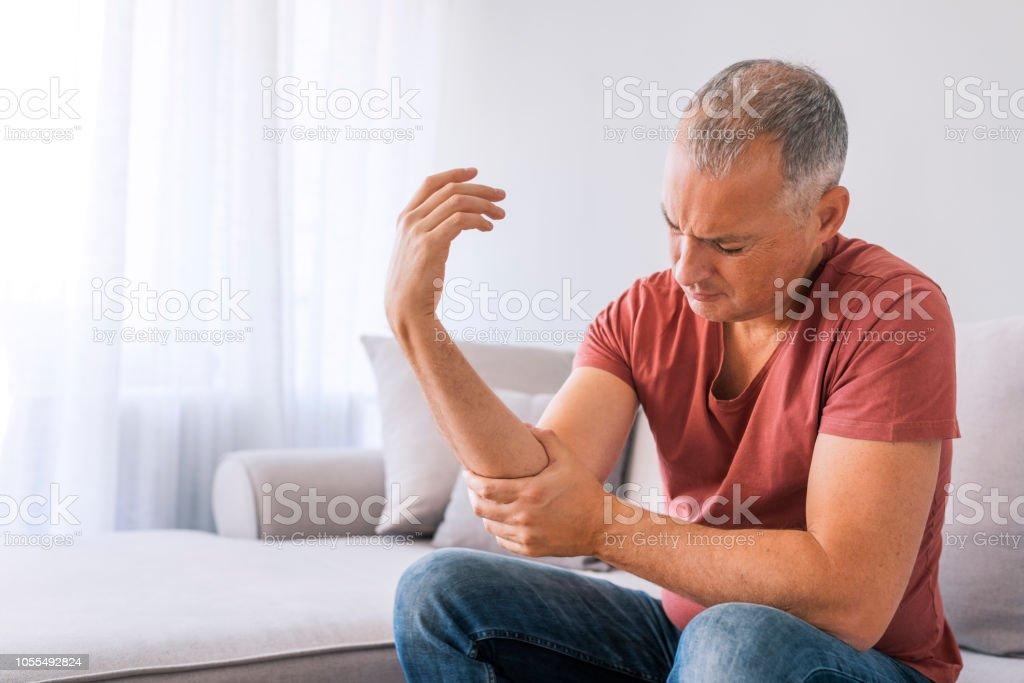Mann leidet unter Schmerzen und Rheuma - Lizenzfrei 2018 Stock-Foto