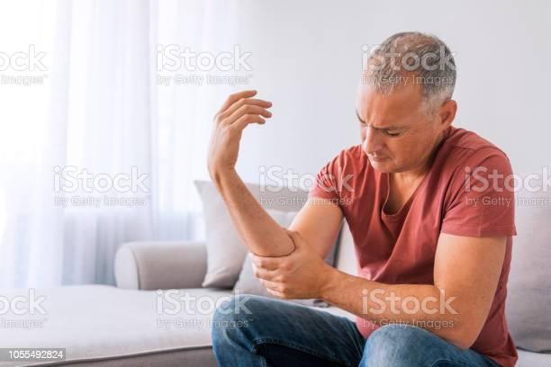 Mann Leidet Unter Schmerzen Und Rheuma Stockfoto und mehr Bilder von 2018