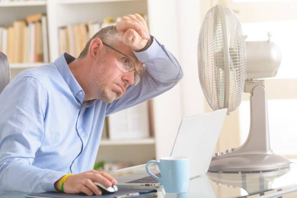 Man leidet unter Hitze im Büro oder zu Hause – Foto