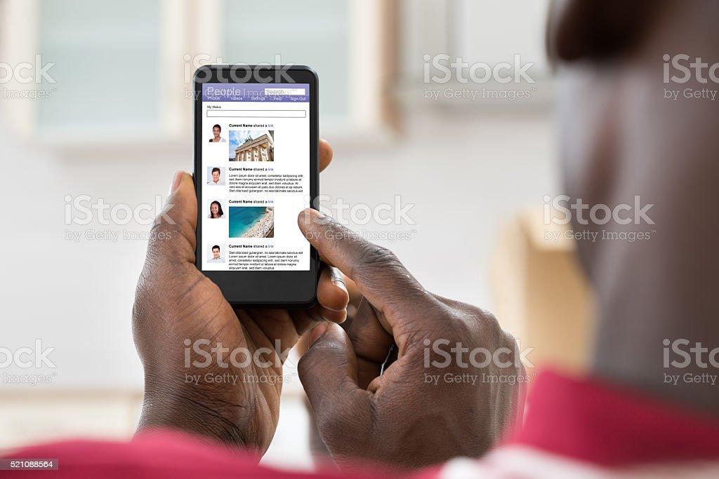 Hombre navegar por el sitio de una red Social - foto de stock