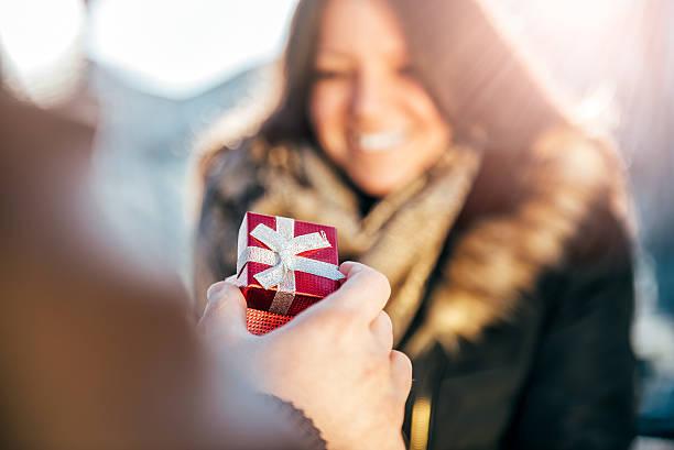 man surprises woman with small gift - verlobung was schenken stock-fotos und bilder