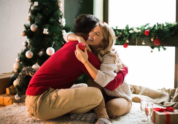 mann überraschend seine freundin zu weihnachten - verlobung was schenken stock-fotos und bilder
