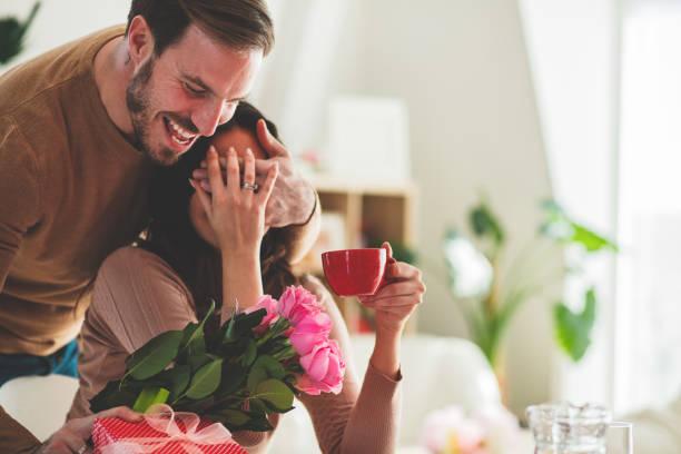 Mann überrascht Freundin mit Blumen – Foto