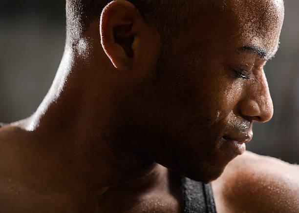 Mann Schwitzen nach dem Training – Foto