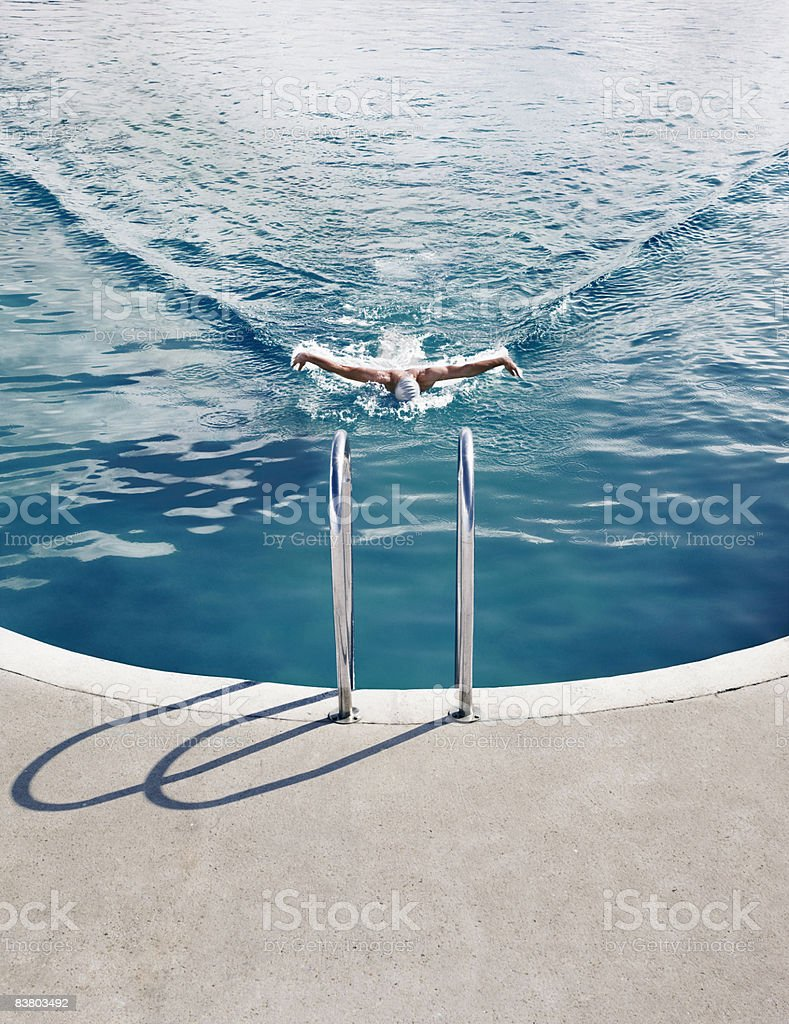 Man swimming alone royalty free stockfoto