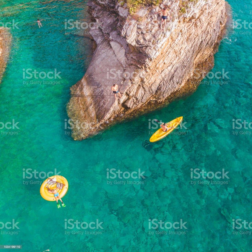 Hombre Nadando En Kayak Cerca De Acantilado Rocoso Personas