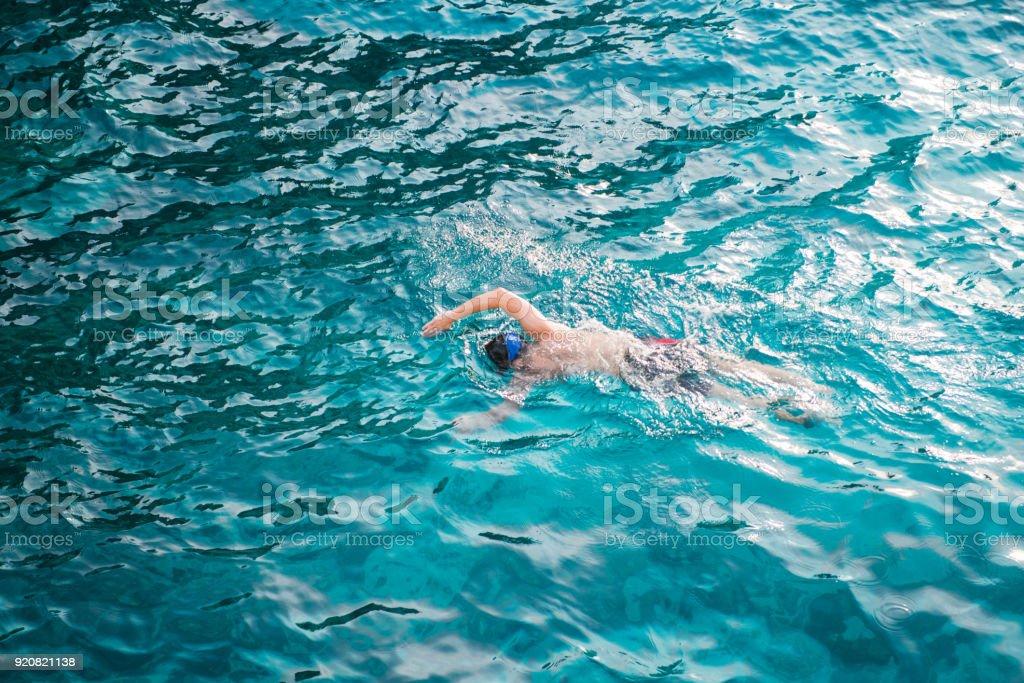 Un Hombre Nadando Con Agua Limpia En El Mar En El Parque