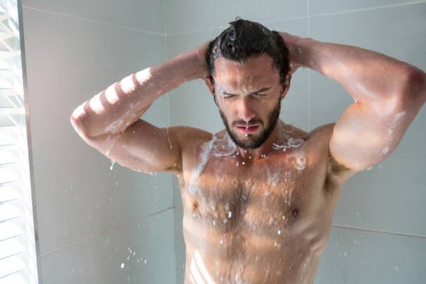 mann im badezimmer ein bad zu nehmen - sonnendusche stock-fotos und bilder
