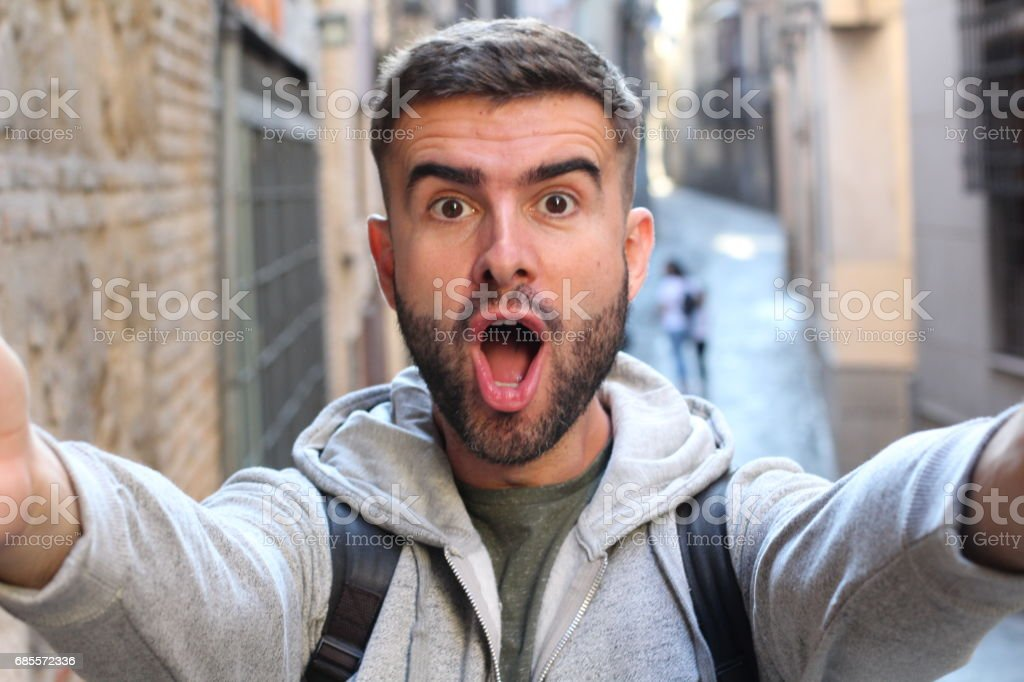 놀람을 보여주는 selfie를 복용 하는 사람 royalty-free 스톡 사진