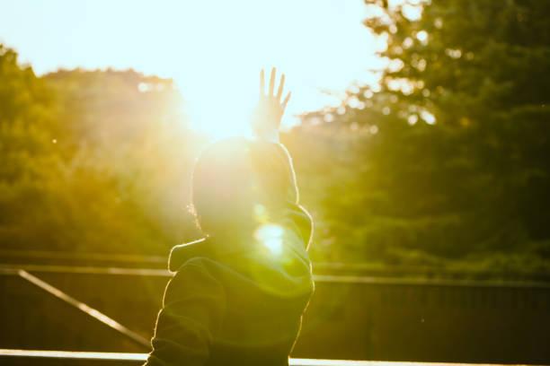 太陽を取る人 - 希望 ストックフォトと画像
