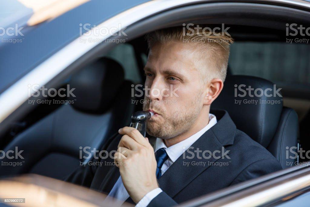 Hombre toma Alcohol texto - Foto de stock de Actividad móvil general libre de derechos