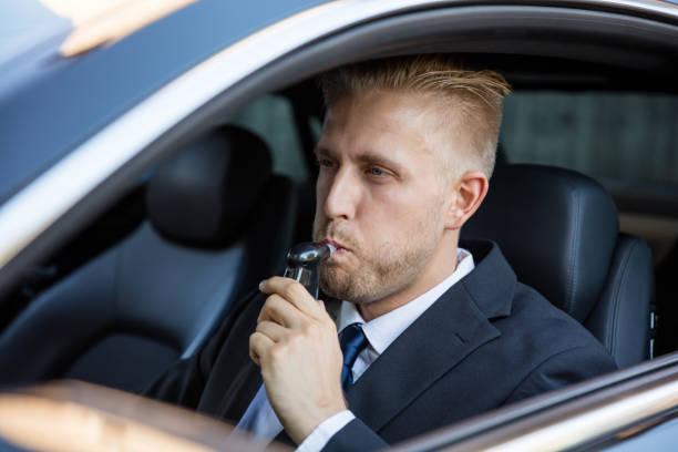 Homem tomando álcool texto - foto de acervo