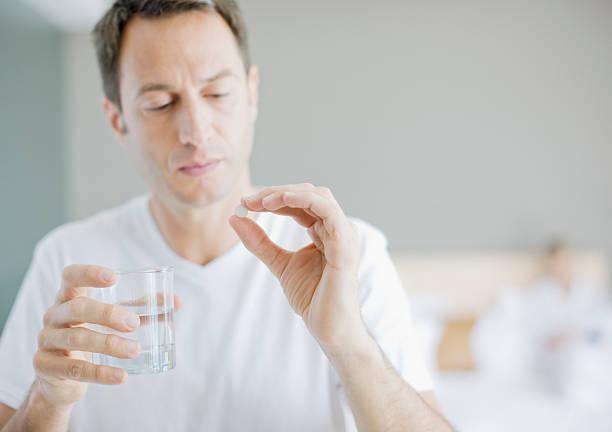 mann medikament nehmen - schmerzmittel stock-fotos und bilder