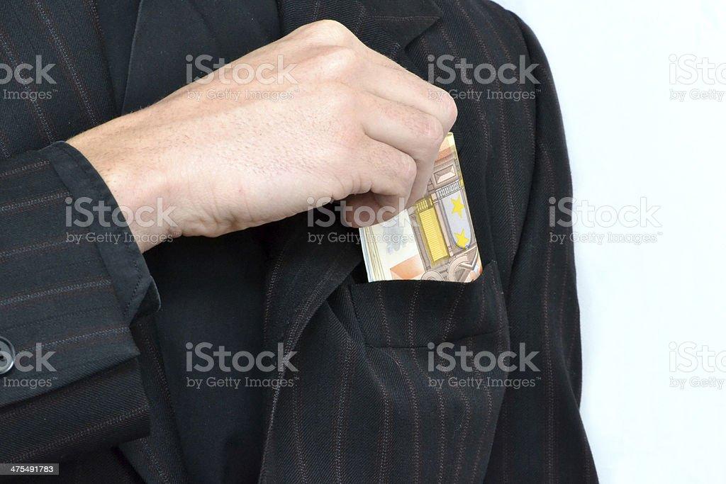 Homem tirando dinheiro da jaqueta - foto de acervo