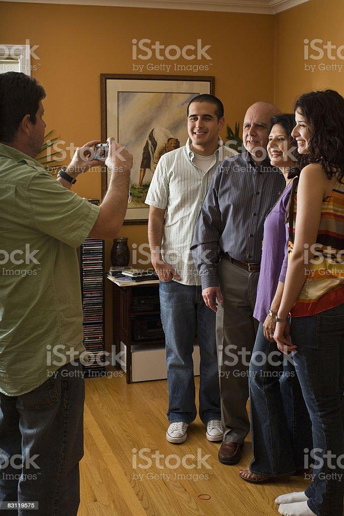 Człowiek biorąc zdjęcie z rodziną zbiór zdjęć royalty-free