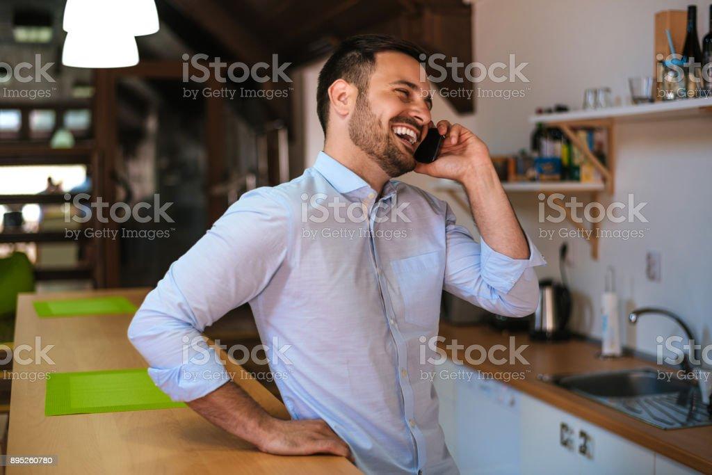 Mann sprechen auf dem Handy in der Küche – Foto