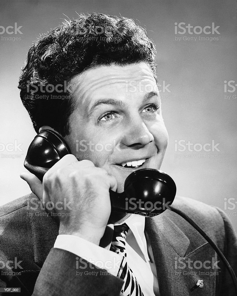 Un homme parle au téléphone photo libre de droits