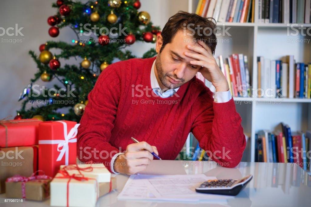 Mann klopfte heraus und ohne Geld für Weihnachtsgeschenke – Foto