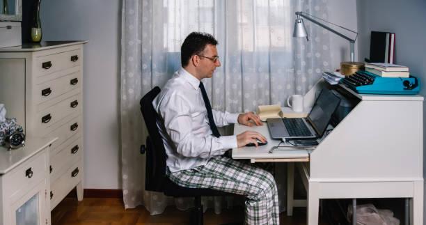 Mann Teleworking trägt Hemd, Krawatte und Pyjama Hose – Foto