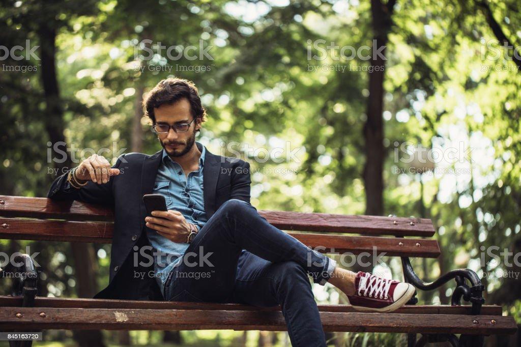 SMS de l'homme dans le parc - Photo