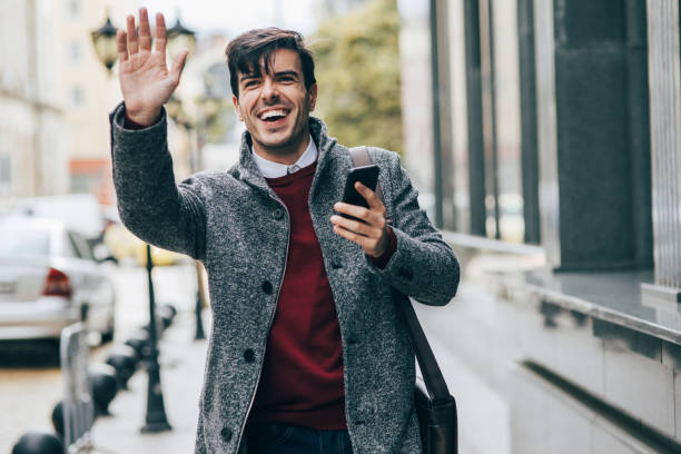 homme sms dans la ville - homme faire coucou voiture photos et images de collection
