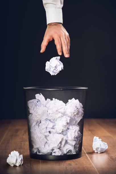Man Throwing Away Papers into Trash Bin, Inspiration, Kreativität und Ideenkonzept für Unternehmen – Foto