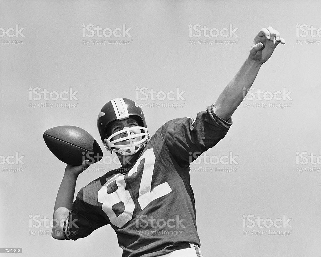 Hombre tirando del fútbol americano foto de stock libre de derechos