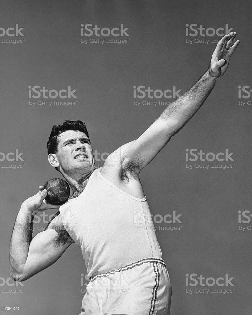 Hombre tirando shotput foto de stock libre de derechos