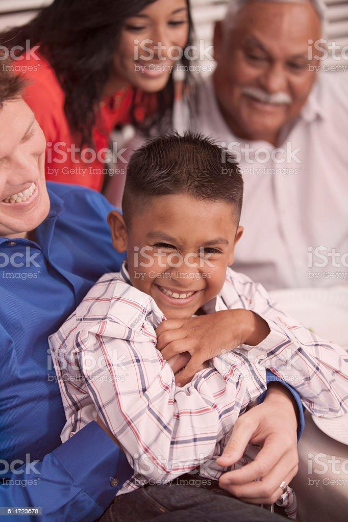 Hombre tickles nephew durante la cena en abuelo de la Asamblea. - foto de stock
