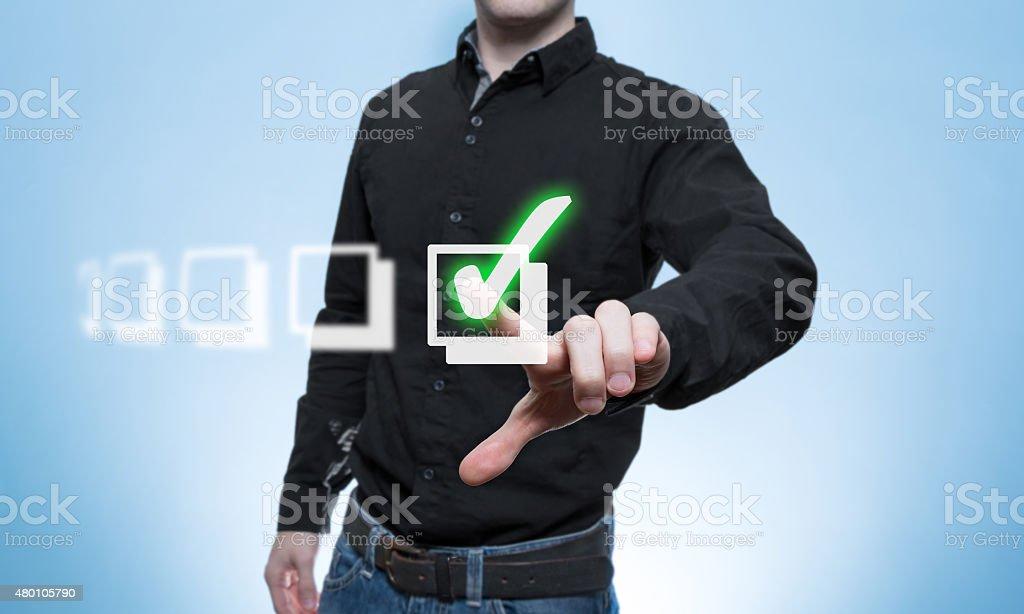 Mann hakt eine Virtuelle Check-Liste ab stock photo