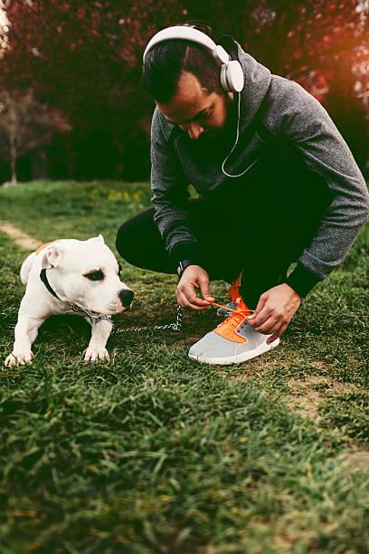 krawatten schnürsenkel mann mit seinem hund im freien. - laufende tattoos stock-fotos und bilder