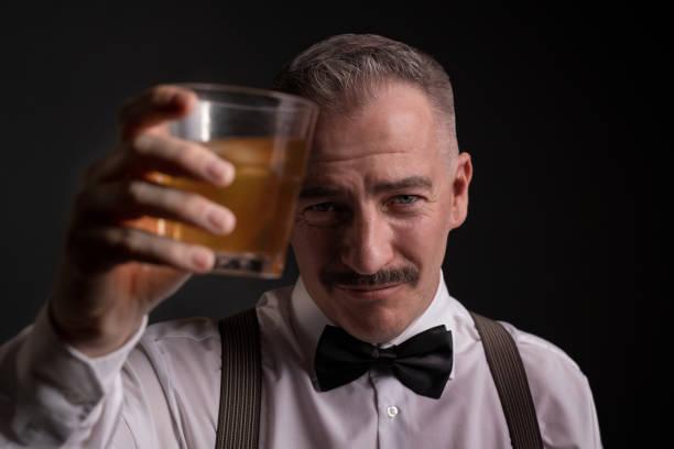 Mann tobt mit Getränk – Foto