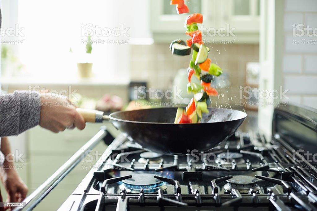 Man 着新鮮な野菜片手鍋 ロイヤリティフリーストックフォト