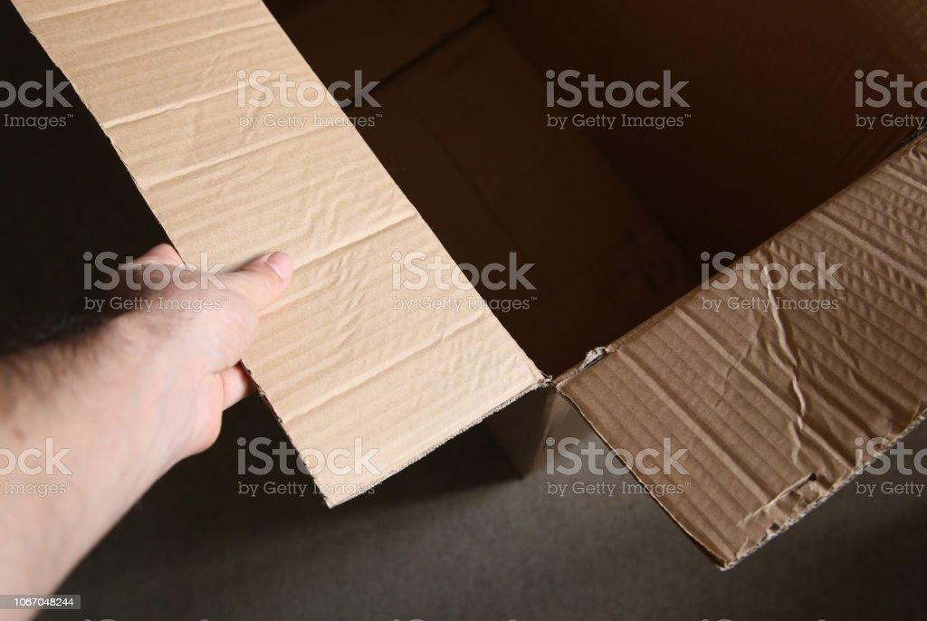 空の段ボール箱に触れる男。包装とコンセプト イメージを発送です。 ストックフォト