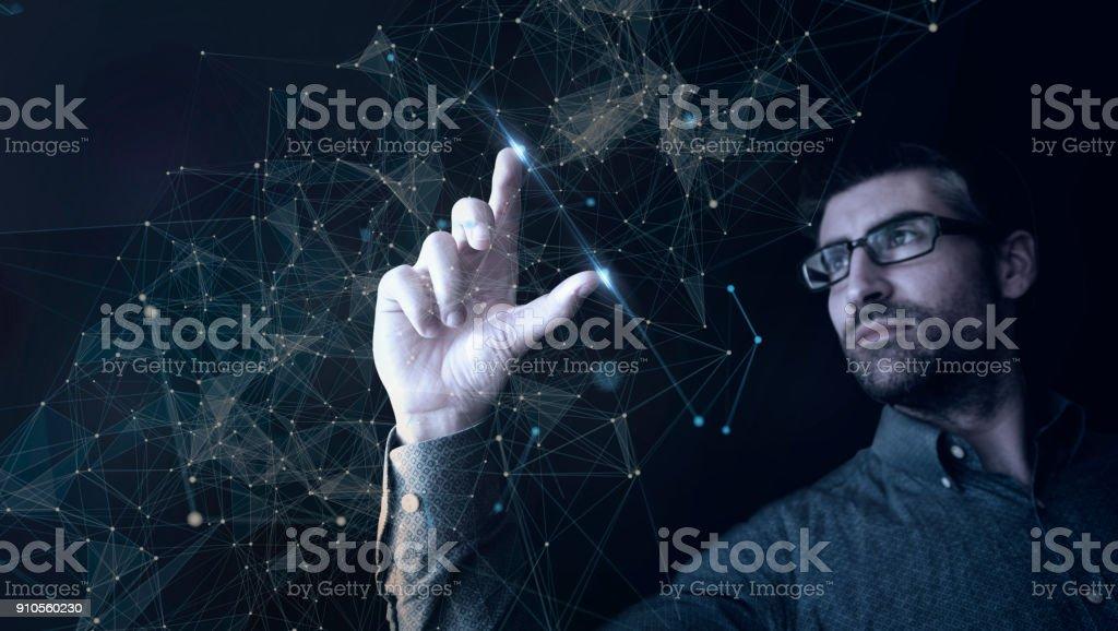 Mann berühren Digitalnetz – Foto