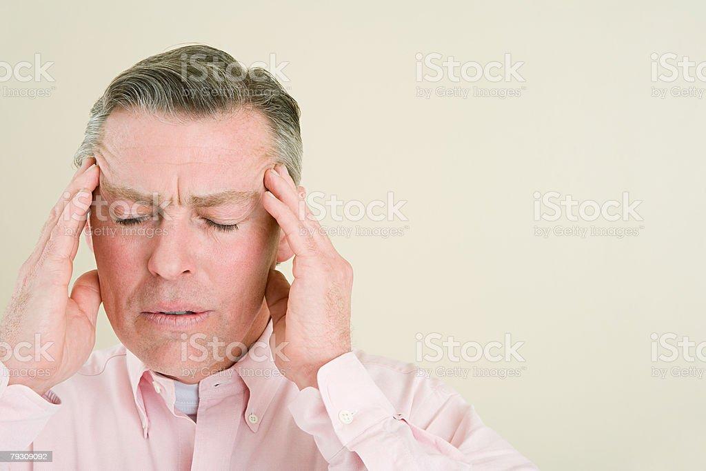 男性彼の頭の接触 ロイヤリティフリーストックフォト