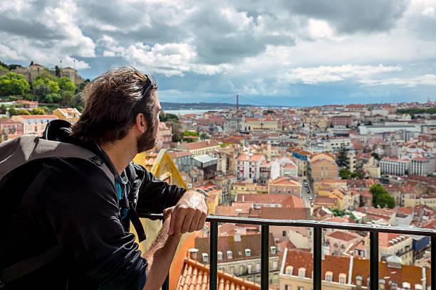 homem de turismo em lisboa, portugal - people lisbon imagens e fotografias de stock