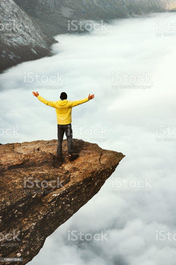 Mann touristischen Erfolg hob die Hände auf Trolltunga felsigen Klippe in Norwegen Bergen Reisen Lifestyle Abenteuer Konzept Urlaub im Freien über Wolken – Foto