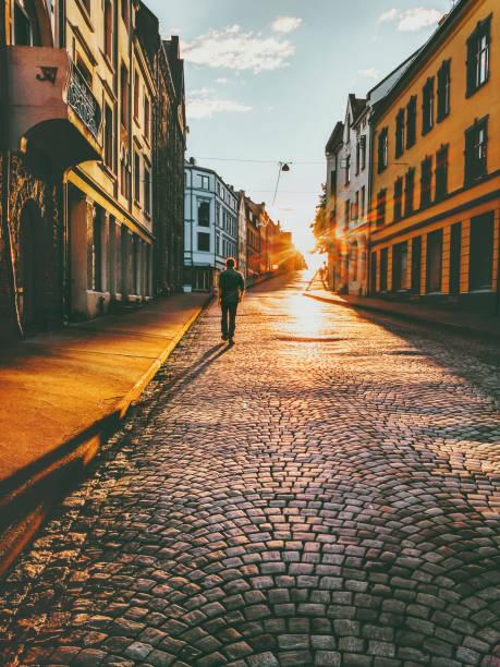 man turist promenader i solnedgången gatan resor livsstil konceptet vacations kullersten road ålesund stad i norge - walking home sunset street bildbanksfoton och bilder