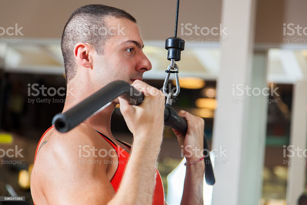 Man training hard in a gym Lizenzfreies stock-foto