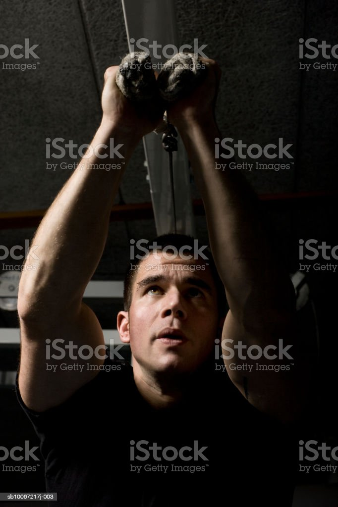 Man training in fitness center foto de stock royalty-free
