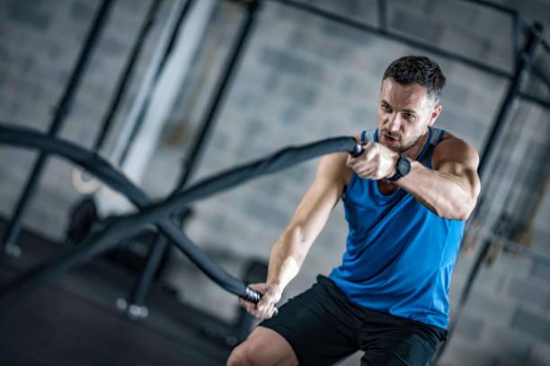 Mann Seile mit Schlacht in ein Fitness-Studio – Foto