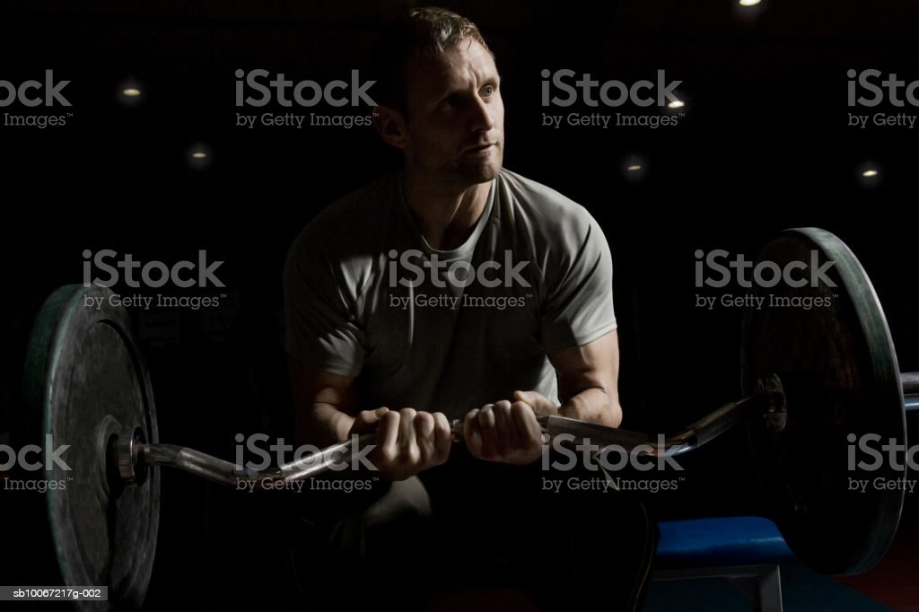 Man training with weights in fitness center foto royalty-free