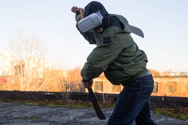 ein mann trainiert mit virtual-reality-brille - killer workouts stock-fotos und bilder