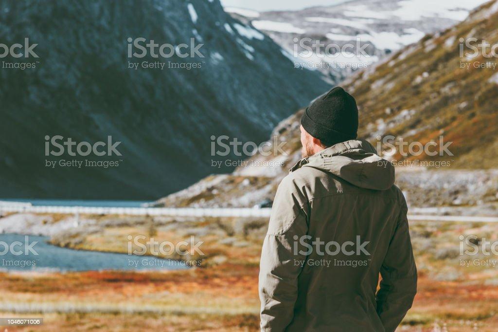 Mann-Reisenden skandinavischen Berge Reisen Lifestyle Konzept Überleben in der wilden Urlaub genießen – Foto